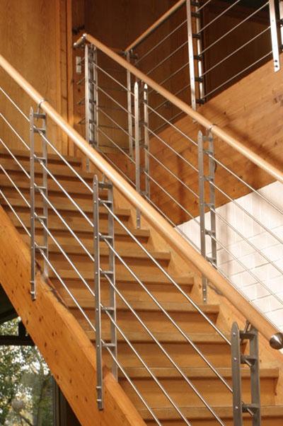 Holztreppe mit Edelstahlgeländer