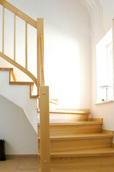 Mittelholmtreppe mit gebeizten Stufen