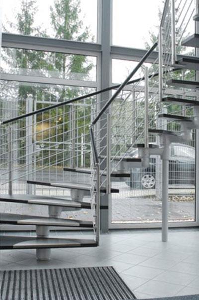 Mittelholmtreppe mit neuen Stufen und Edelstahlgeländer