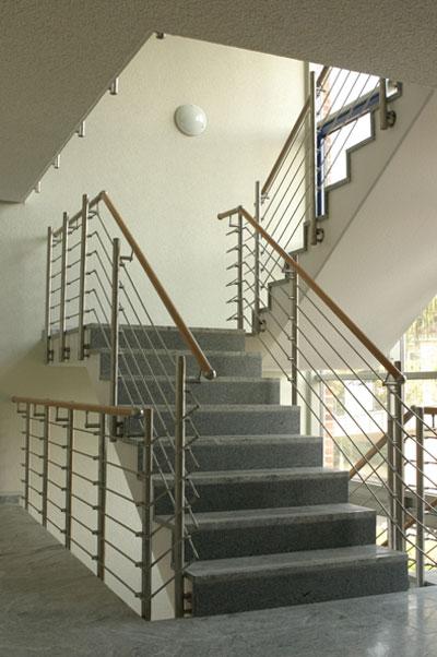Neues Treppengeländeran Betontreppe